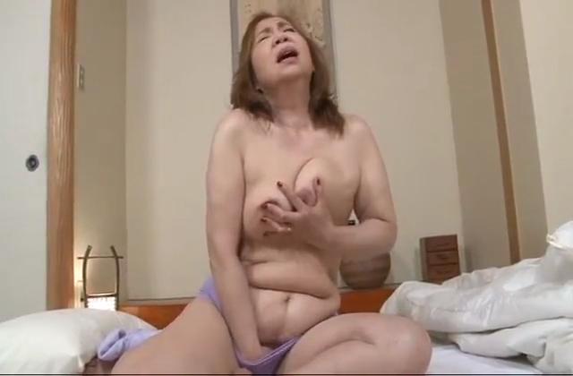 淫乱熟女と銭湯で3Pセックスを堪能