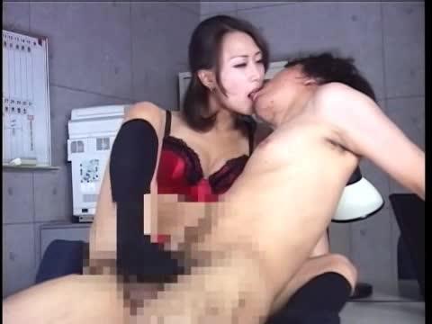 「足コキ」美人お姉さんがヒール足で抜き!